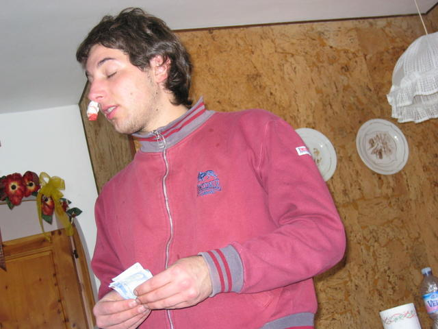 Ponzio con le mestruazioni sul naso